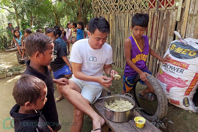Founder of charity group Tribunibro Tnb, Bimboy, working with Outsourcing Angel, to bring food supplies to the Dumagat Tribe